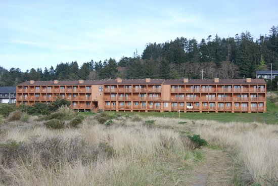 Gold Beach Resort and Condominiums: Looking back at hotel from beach access