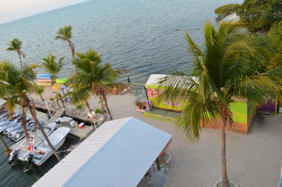 Days Inn & Suites Islamorada: view of grounds and ocean from suite