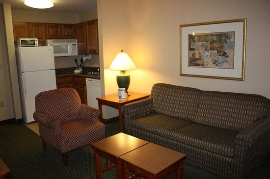 ‪‪Staybridge Suites Grand Rapids/Kentwood‬: Two Bedroom Suite- Living Room and Kitchenette‬
