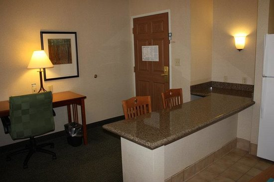 Staybridge Suites Grand Rapids/Kentwood: Work Station and Kitchenette