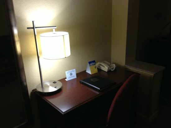 BEST WESTERN PLUS Windsor Suites: desk