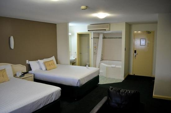 Hotel Northbridge: Regency Twin room showing studio bathroom arrangement.