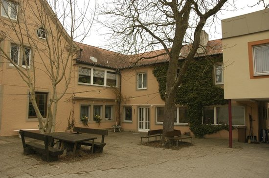 Hotel-Gasthof Klingentor: The courtyard.