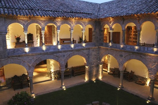 Inkaterra La Casona: courtyard at dusk