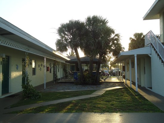 Suntan Terrace Resort Motel : In the courtyard