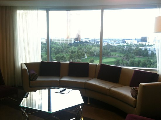 Renaissance Las Vegas Hotel: Living room with a view