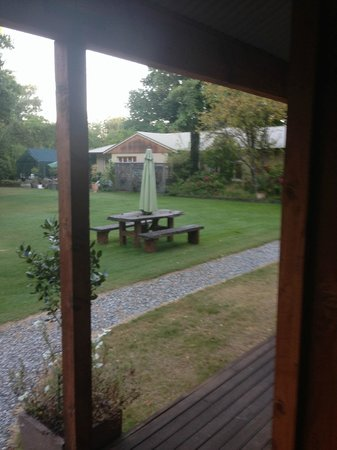 Minaret Lodge: View of grounds from cabin