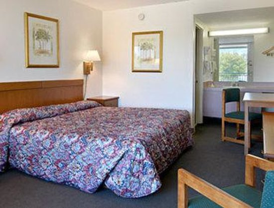 Days Inn Gainesville: Standard King Bed Room