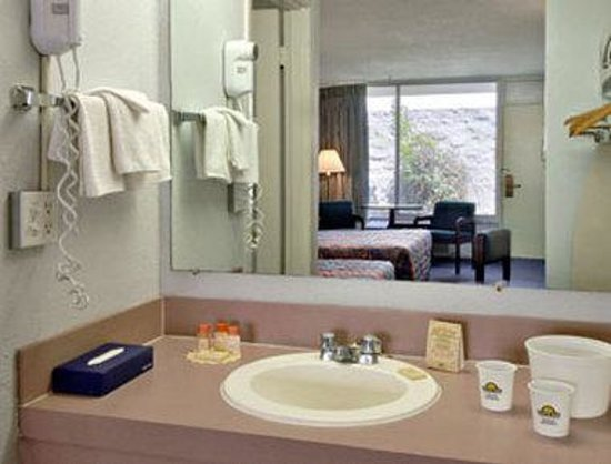 Days Inn Gainesville: Bathroom