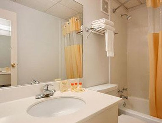 Days Inn - Iowa City Coralville: Bathroom