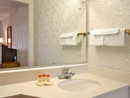 Days Inn - Attleboro: Bathroom