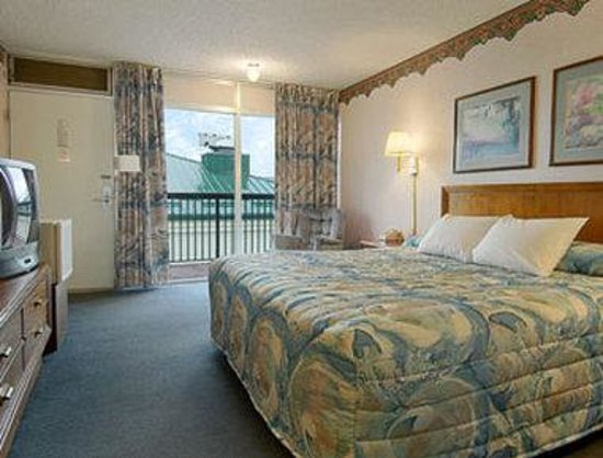 Days Inn St. Joseph: Standard King Bed Room