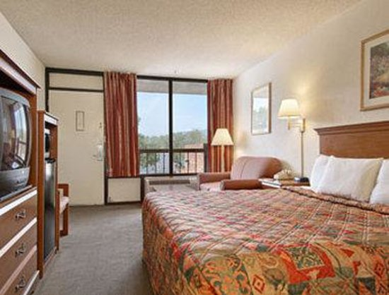 Days Inn Reno: One King Bed Deluxe Room