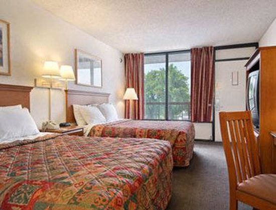 Days Inn Reno: Two Queen Bed Deluxe Room