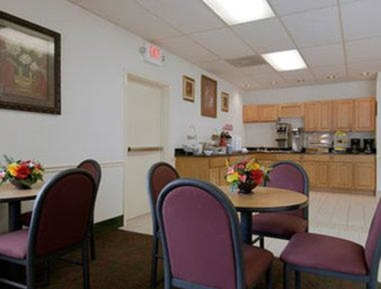 Days Inn Fredericksburg North: Breakfast Area