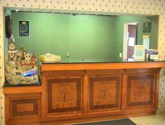 Days Inn Sullivan: Front Desk