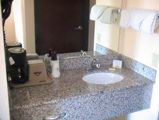 Days Inn Sullivan: Sink Amenities