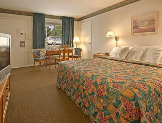 Newport News Days Inn: Standard King Bed Room - 135