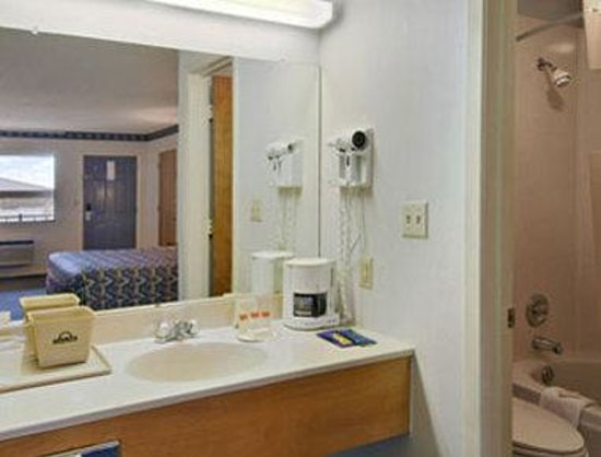 Days Inn Lindale: Bathroom
