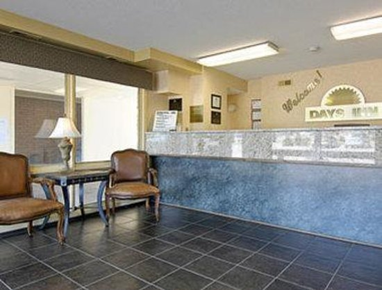 Days Inn & Suites Lincoln: Lobby