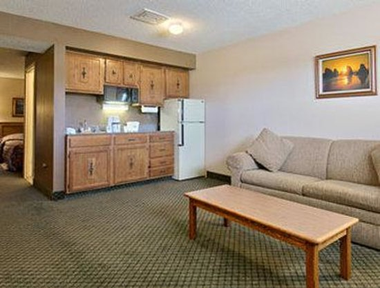 Days Inn & Suites Lincoln: King Bed Kitchenette Suite