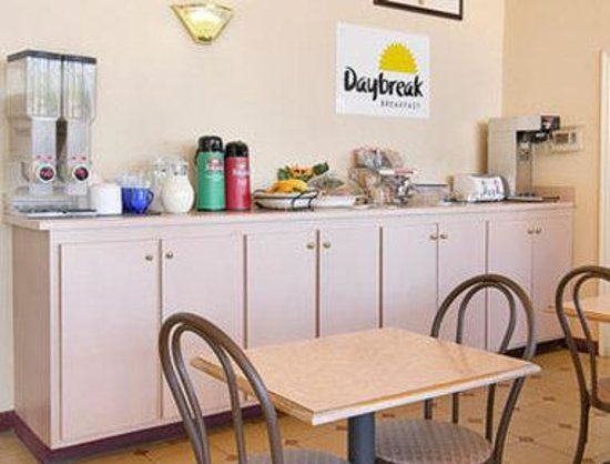 Days Inn &amp; Suites Tuscaloosa: Breakfast Area
