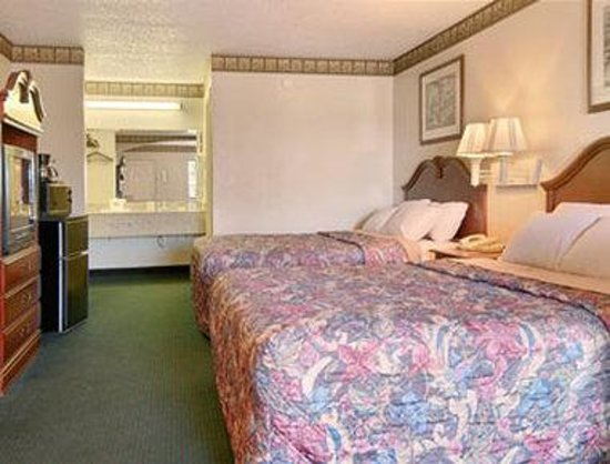 Days Inn &amp; Suites Tuscaloosa: Standard Two Double Bed Room