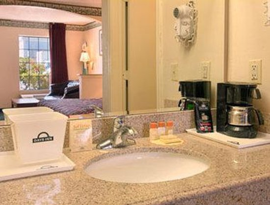 Days Inn &amp; Suites Tuscaloosa: Bathroom