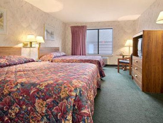 Days Inn Eagle River: Standard Two Queen Bed Room