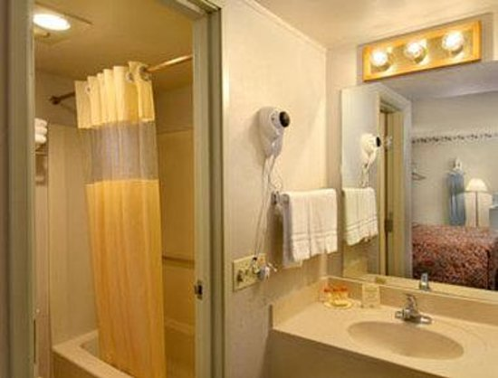Days Inn Southern Hills/ORU: Bathroom