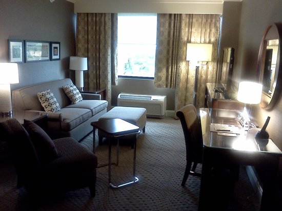 Sheraton Wilmington South: roomy suite
