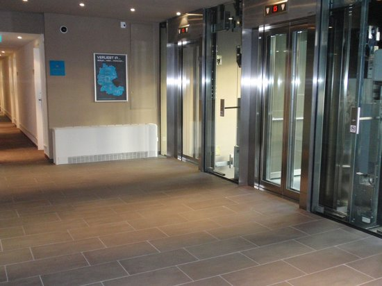 Motel One Wien Westbahnhof: Lift in den Stockwerken
