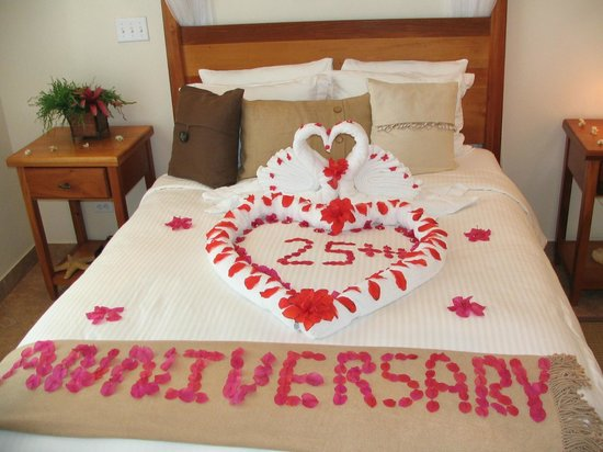 Grand Caribe Belize Resort and Condominiums: Message from Maids Written in Flower Petals