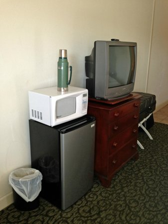 Victoria Country Inn: tv micro fridge