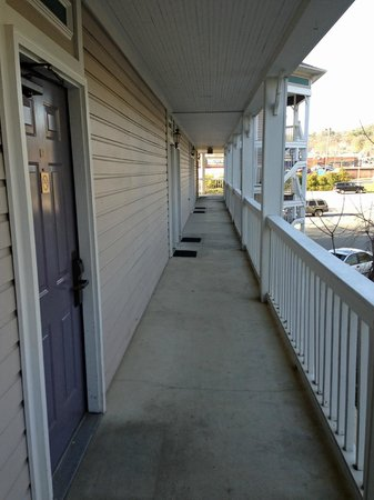 ‪‪Victoria Country Inn‬: walkway 1‬