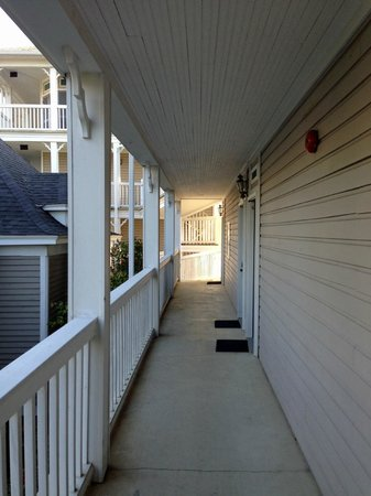 Victoria Country Inn: walkway 2