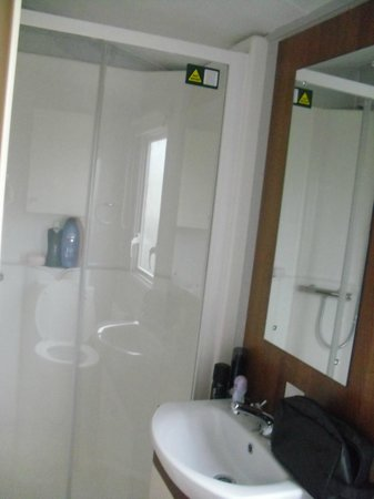 Thorpe Haven Holiday Park: shower room with hand basin and toilet