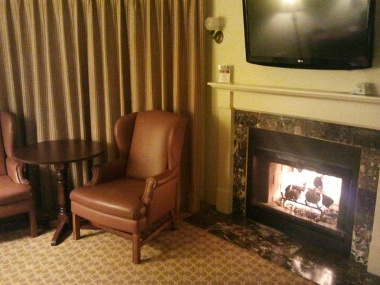 ‪‪BEST WESTERN PLUS Victorian Inn‬: Fireplace in our room‬