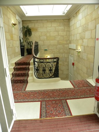 BEST WESTERN Grand Hotel Francais: Staircase and lift