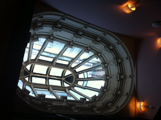 Mercure Nottingham City Centre Hotel: Amazing ceiling light above stair well.