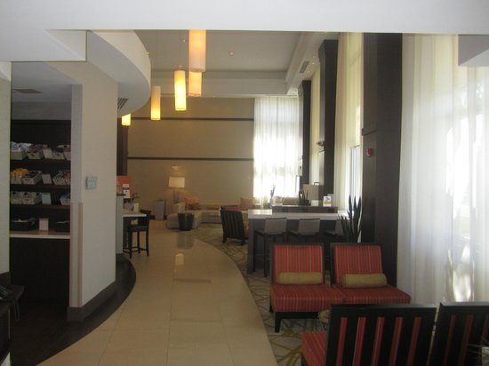 Comfort Suites Miami Airport North: Hotel lobby in front of Bar & Breakfast area