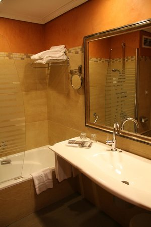 Hotel Becquer: Clean, Nice Bathroom
