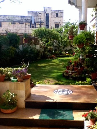 All Seasons Homestay Jaipur: The front lawn and gardens