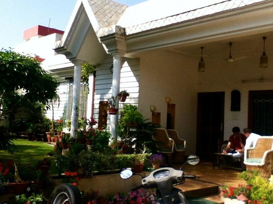 All Seasons Homestay Jaipur: Front porch and gardens