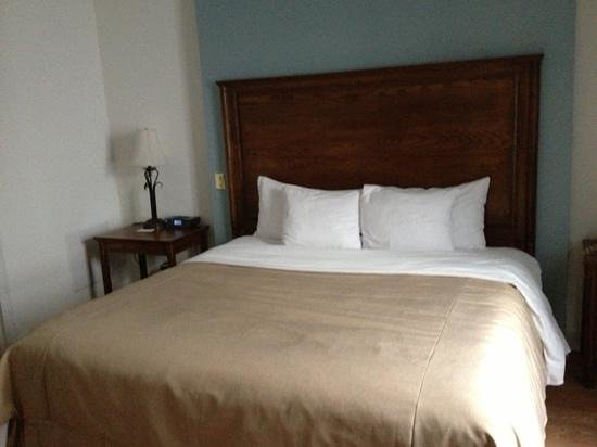 Hotel St-Denis: King size bed