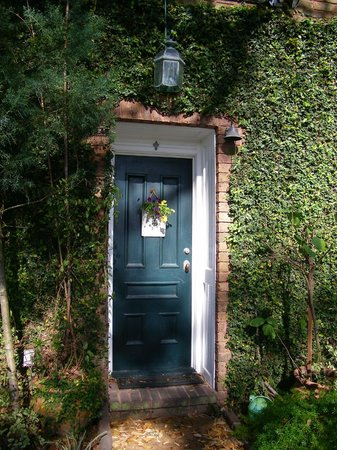 Armstrong Inns Bed and Breakfast: Cozy front door entrance to the Carriage House (-: