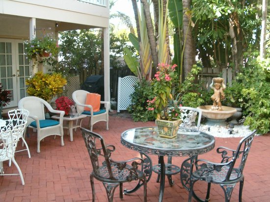 Sabal Palm House Bed and Breakfast Inn: courtyard where breakfast is served