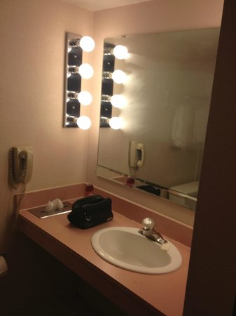 Grace Inn Phoenix: Basin area in bathroom