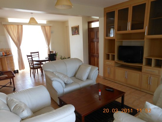 Ole Dume Serviced Apartments Hotel: Room, diner table and chair/couch