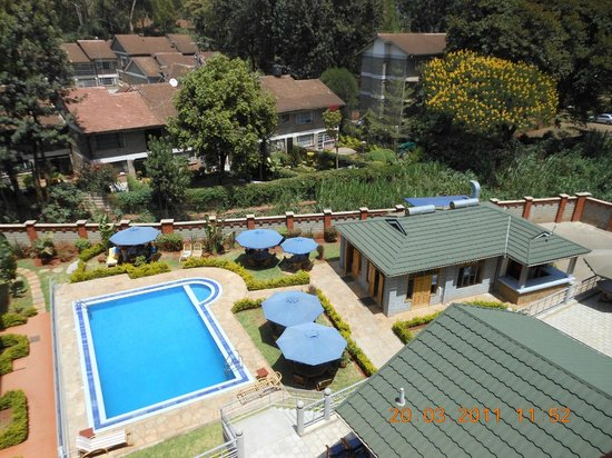 Ole Dume Serviced Apartments Hotel: Pool, small building is used to serve breakfast.